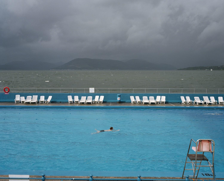 Zdjęcie mężczyzny pływającego na promie, który płynie na morzu.