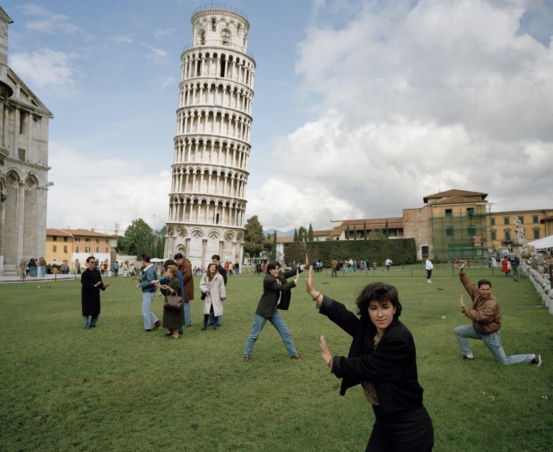 Zdjęcie ludzi, którzy udają, że się opierają o wieżę w Pizie.