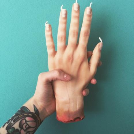 Świeczka w kształcie ręki