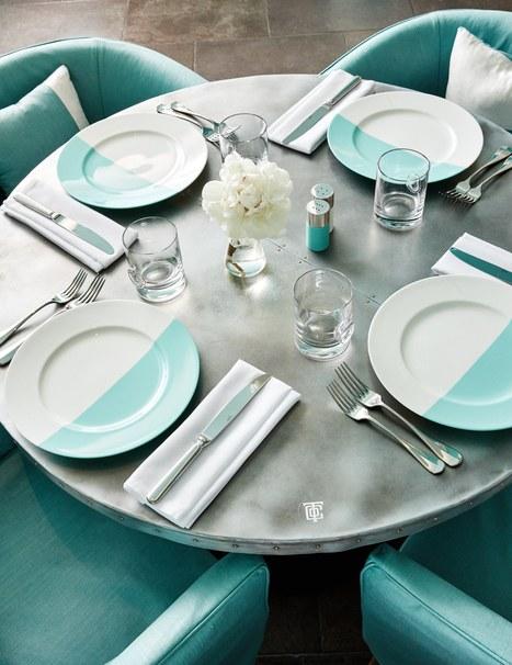 Zastawiony stolik w szaro-turkusowych kolorach
