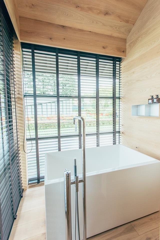 Minimalistyczne drewniane wnęetrze domu
