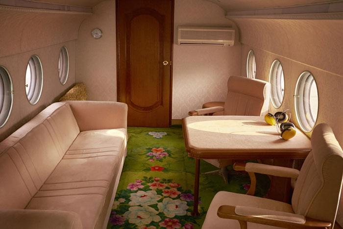 Wnętrze samolotu z klasycznymi meblami
