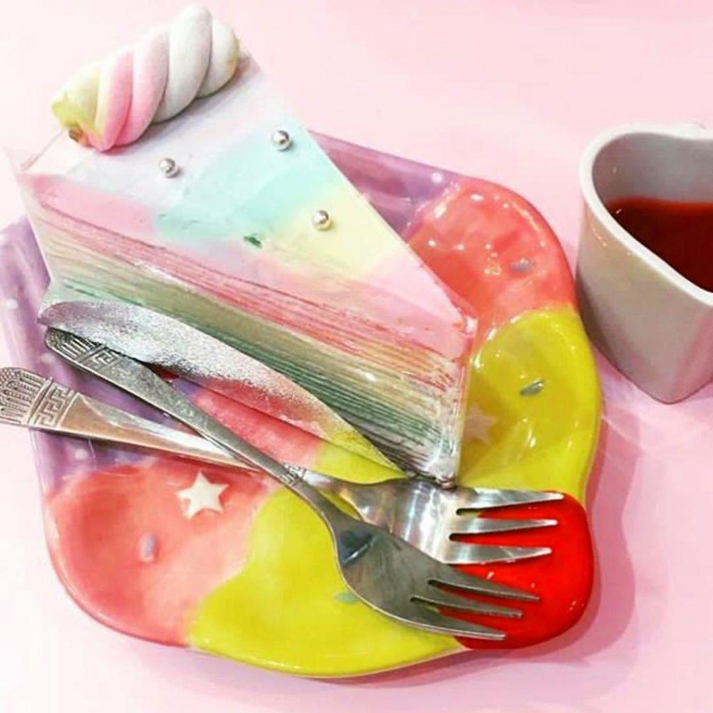 Tęczowe ciasto na tęczowym talerzyku