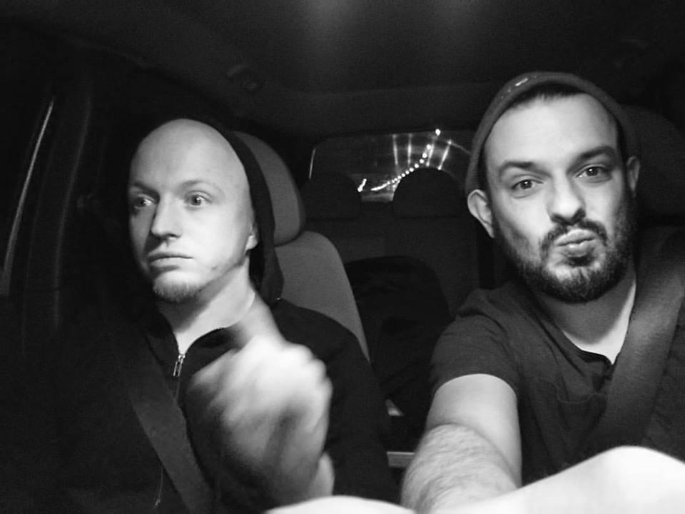 Dwóch mężczyzn w samochodzie