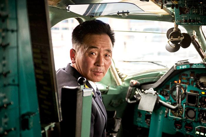 Pilot samolotu patrzacy w obiektyw