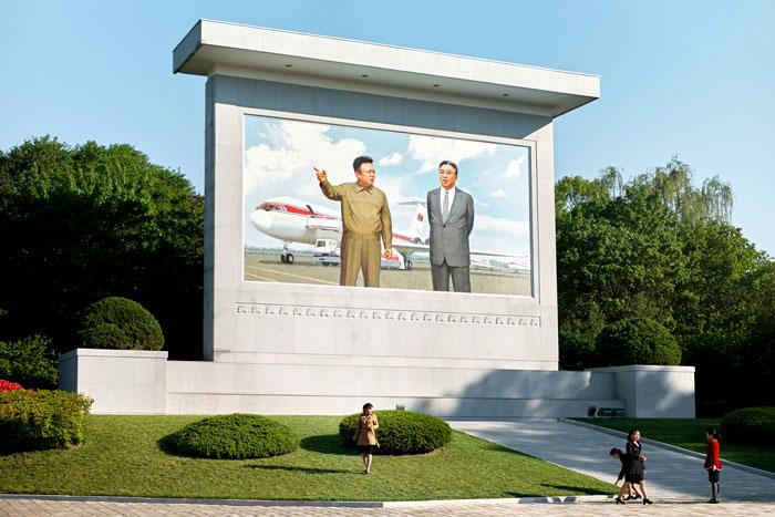 Pomnik przedstawiający władcę Korei Północnej na tle samolotu