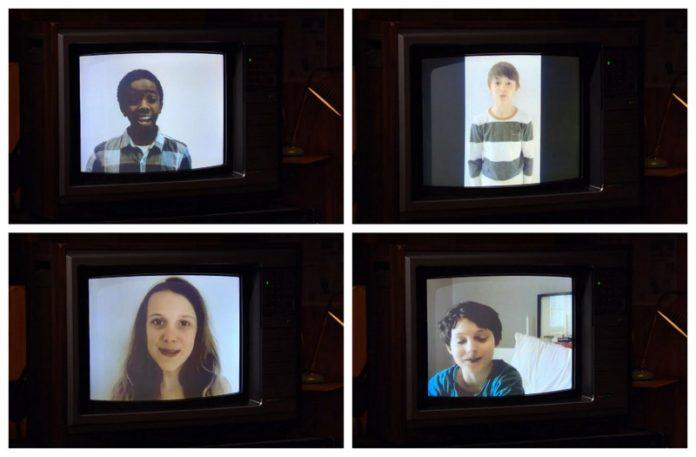 Telewizor kineskopowy z wyświetlonymi twarzami 4 dzieci