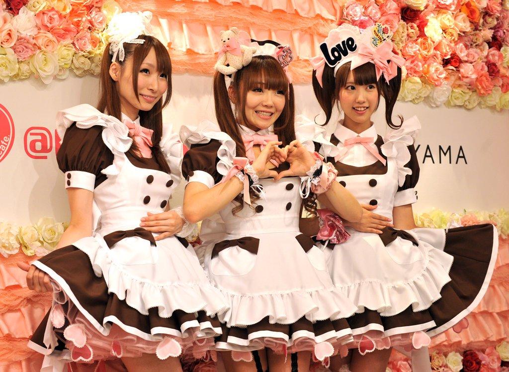 Słodkie japońskie dziewczynki przebrane za kelnerki