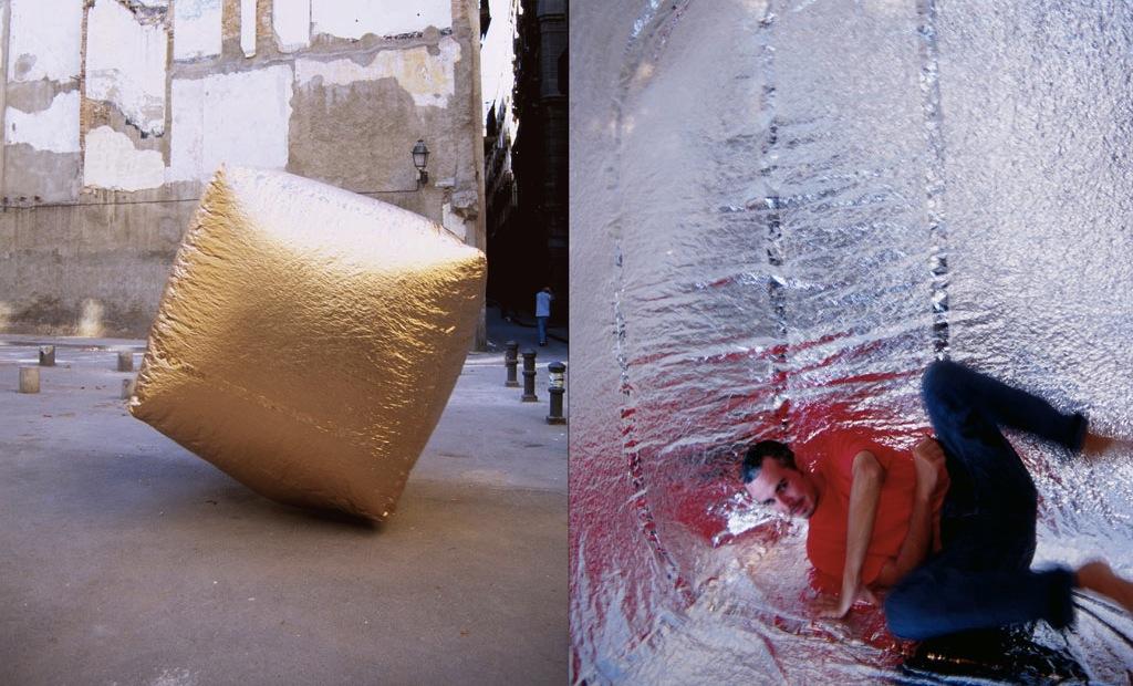 Zdjęcie przedzielone na pół. Po jednej stronie mężczyzna leżący na srebrnym podłożu, a po drugiej złoty, materiałowy sześcian napełniony powietrzem.
