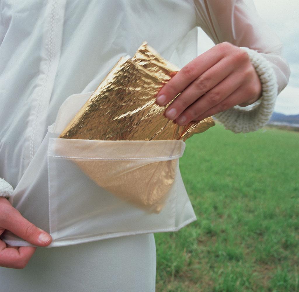 Złoty pakunek chowany do przezroczystej kieszeni kurtki