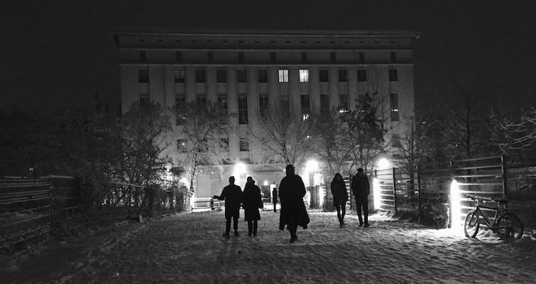 ludzie zmierzający w stronę wejścia do Berghain