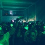 Sala pełna ludzi z zielonym światłem