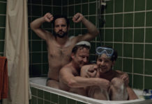 Trójka mężczyzn razem w wannie