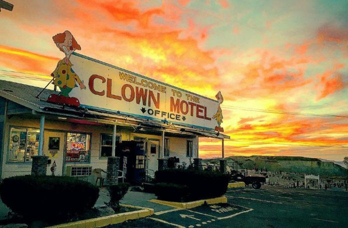 Zachód słońca i budynek motelu z Klaunami