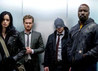 Czworo ludzi stojących w windzie