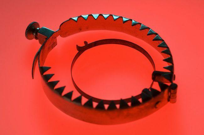 Metaliczne narzędzie z ząbkami.