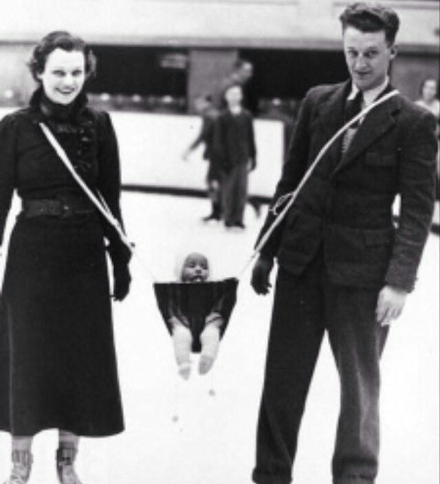 Kobiety i mężczyzna jeżdżą na łyżwach. Pomiędzy nimi jest oparte na szelkach, dziecko.