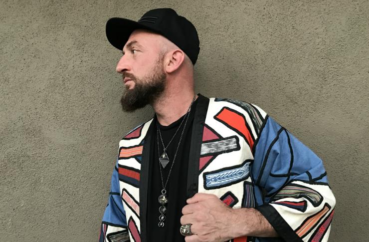 Mężczyzna ubrany w kolorową kurtkę patrzący w bok