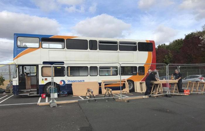 Bus stojący na parkingu