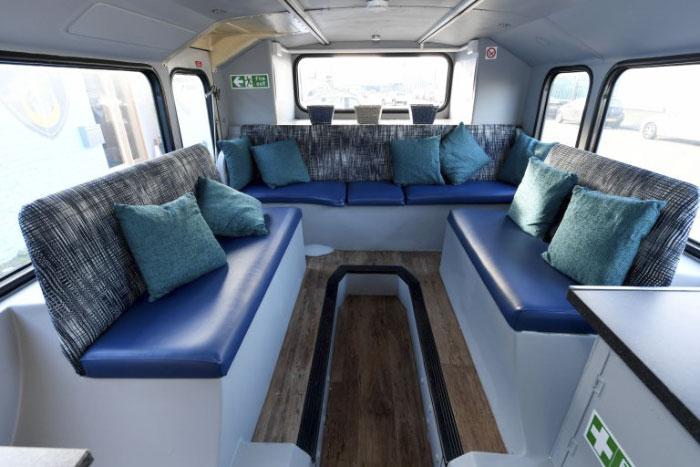 Kanapy we wnętrzu busa