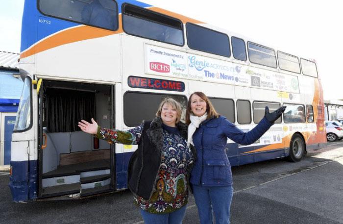 Dwie kobiety stojące przed busem