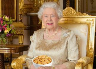 Starsza kobieta trzyma miskę płatków.