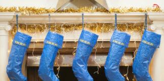 Wiszące przy kominku skarpety zrobione z torby IKEA