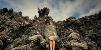 Kobieta na tle skał