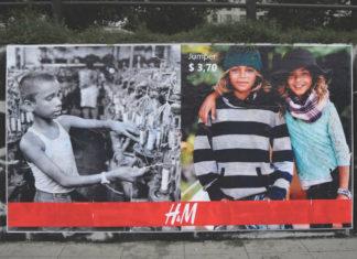 Billboard pokazujący wyczerpanych ludzi pracujących w fabryce