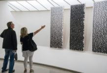 Kobieta wskazuje mężczyźnie instalacje artystyczną.