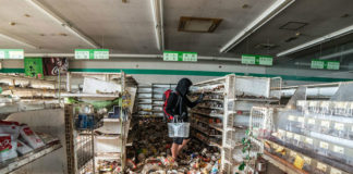 Mężczyzna stojący na tle opustoszałego sklepu