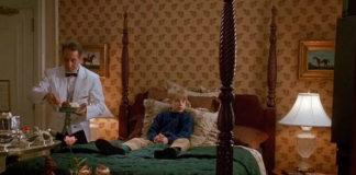 Chłopak siedzący na łóżku w luksusowym hotelu