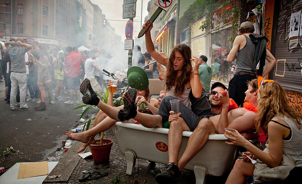 Ludzie po imprezie w wannie na ulicach Berlina
