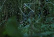 Mężcztyzna siedzący w lesie