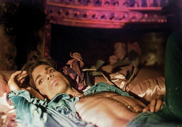 Mężczyzna leżący na łóżku