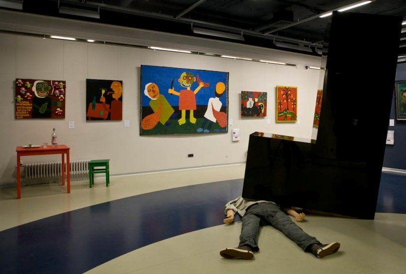 Człowiek leżący na środku muzeum