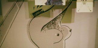 Zdjecie przedstawia kawalek pracy dokladniej ilustracje przedstawiajaca profil kobiety bez glowy z uniesionymi w prawa strone rekoma i nagim biustem