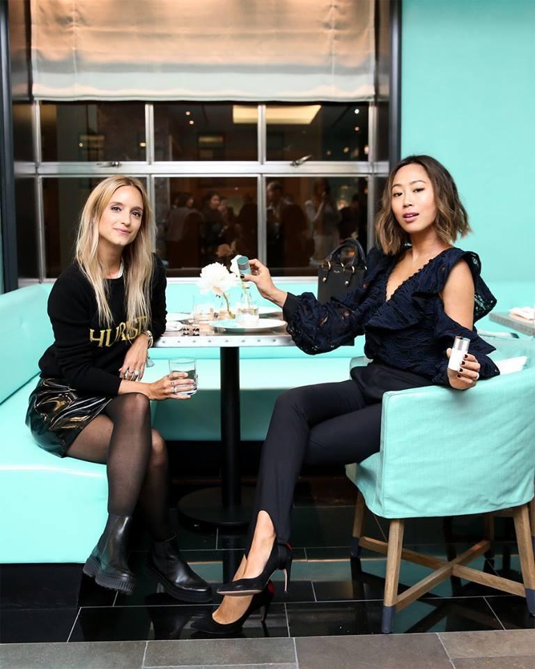 Turkusowe wnętrze kawiarni i dwie kobiety siedzące przy stoliku