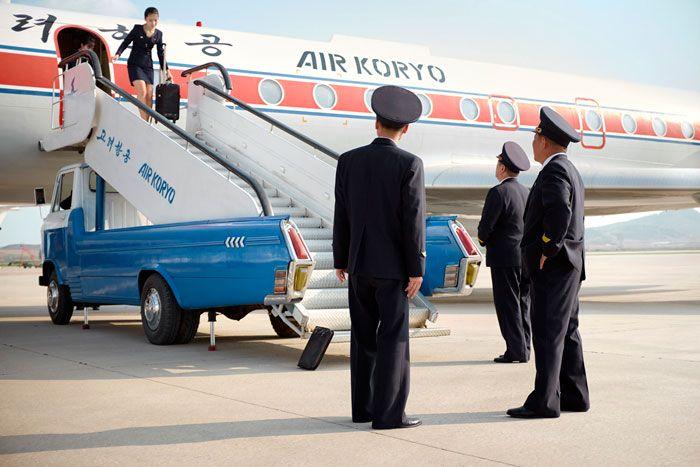 samolot stojący na lotnisku