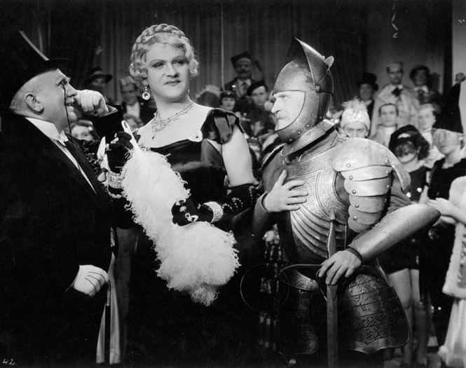 rycerze wykonujący skłony w kierunku mężczyzny przebranego za elegancką damę w peruce