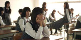 Japońskie uczennice siedzące w ławkach