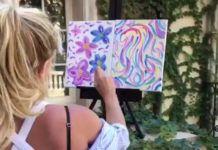 Kobieta malująca kwiatki