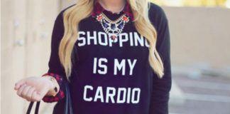 """Dziewczyna ubrana w czarną bluzę """"shopping is my cardio"""""""