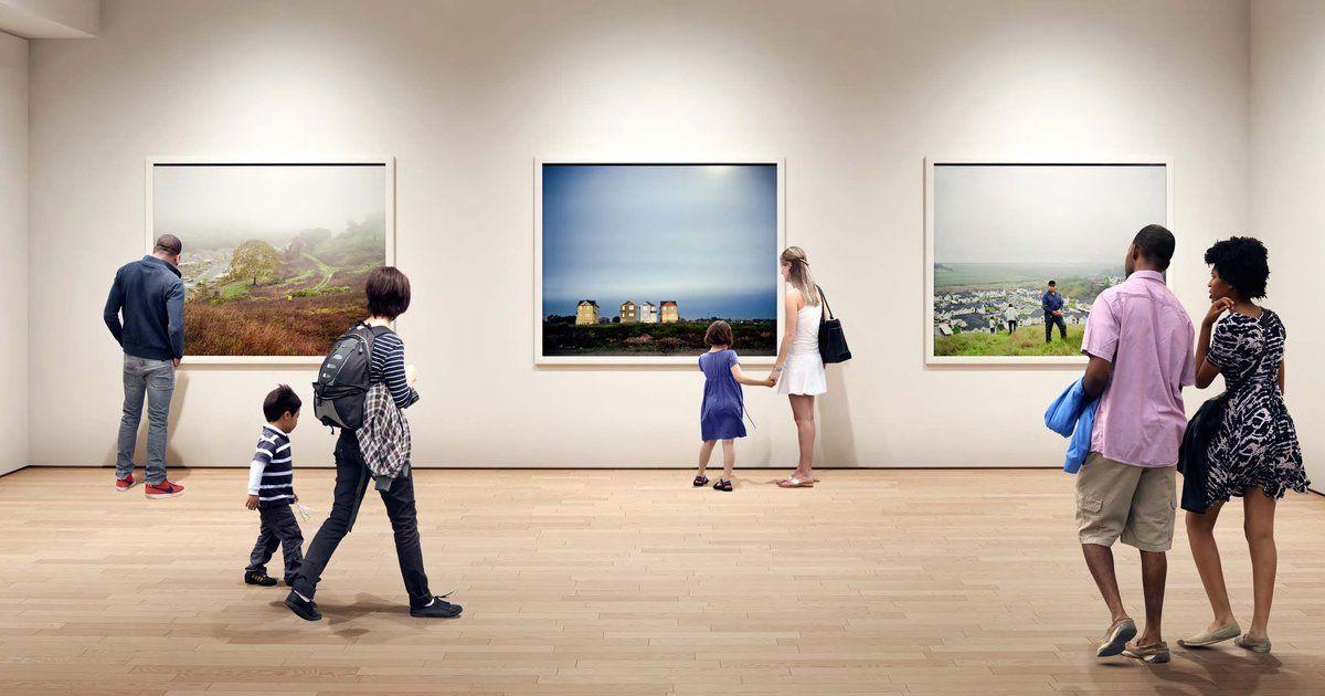 Zdjęcie ludzi patrzących się na zdjęcia w muzeum sztuki współczesnej.