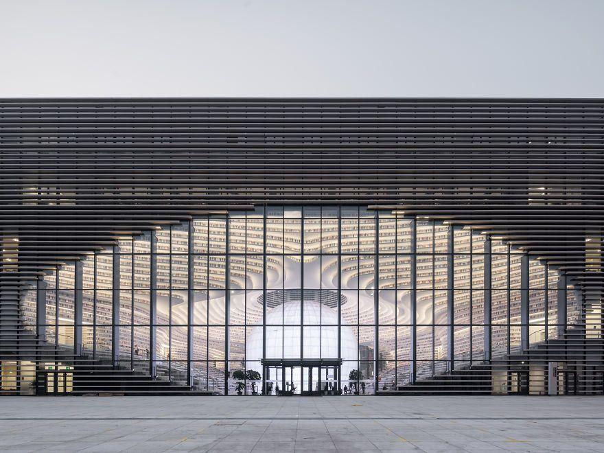 Ogromny budynek biblioteki od zewnątrz