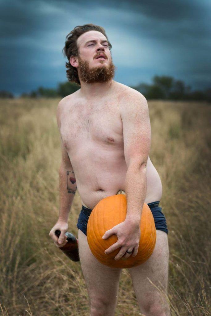 półnagi mężczyzna z dynią na polu