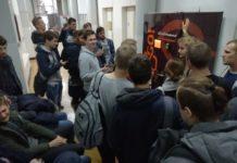 Tłum na korytarzu przed automatem z kebabem