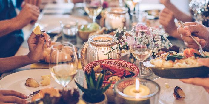 Stół zastawiony jedzeniem