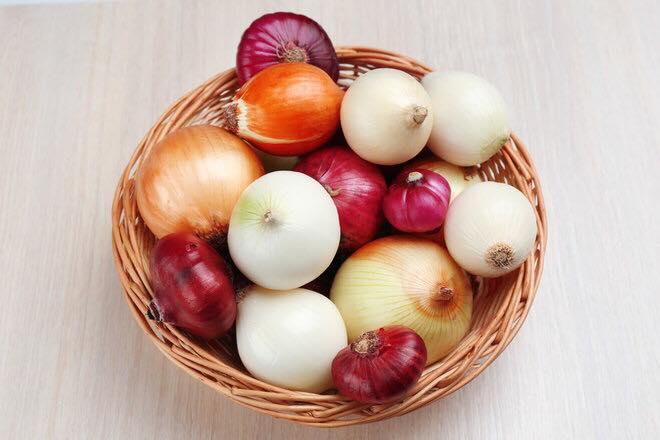 koszyk z roznymi rodzajami cebul