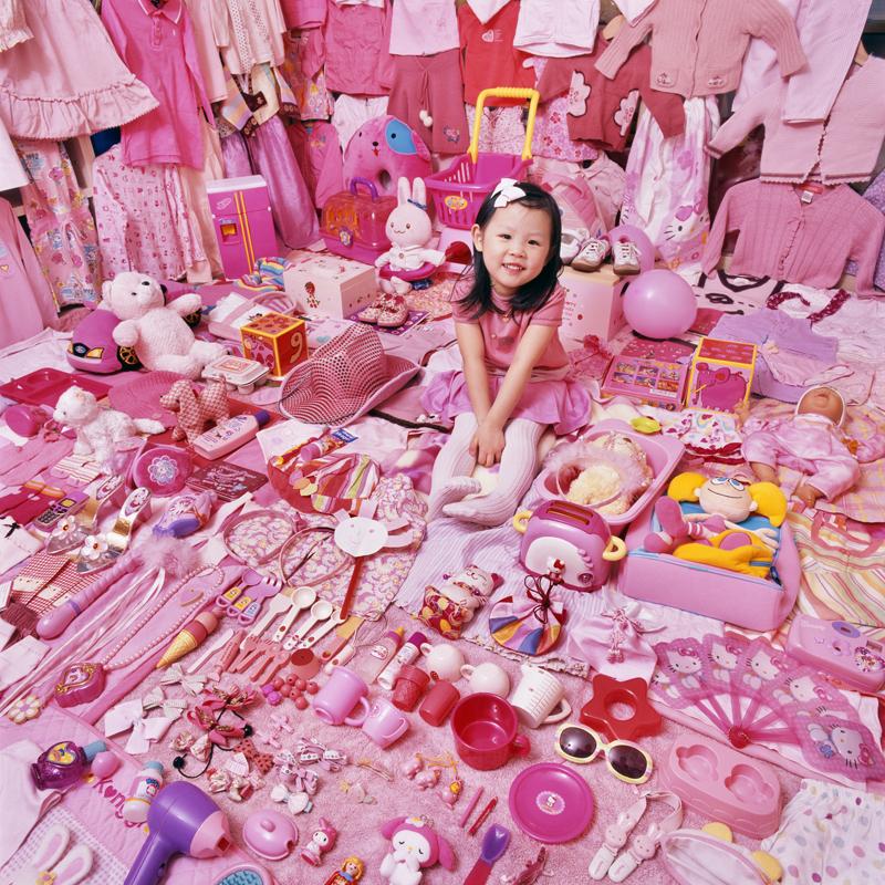 Dziewczyna siedząca wśród różowych zabawek